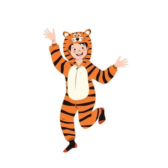 호랑이의 카니발 의상을 입은 소년. 어린이 잠옷 파티. 점프수트나 키구루미를 입은 아이, 새해, 크리스마스 또는 휴일을 위한 축제 의상