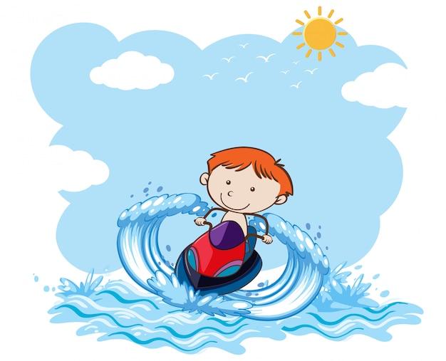 Мальчик верхом на водных лыжах