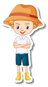 庭師の帽子の漫画のキャラクターのステッカーを身に着けている少年
