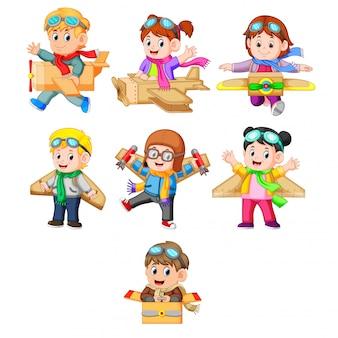 Коллекция детей, играющих с плоскостью картонной коробки