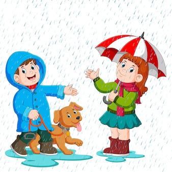 Пара под зонтиком гуляет под дождем Premium векторы