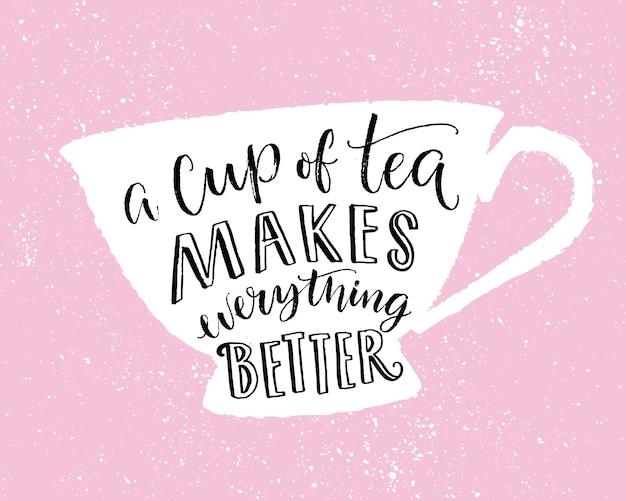 차 한 잔은 모든 것을 더 좋게 만듭니다. 컵 모양에 손으로 글씨를 쓴 재미있는 인용문 인쇄 디자인