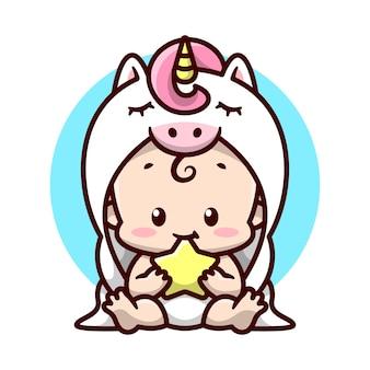 白いユニコーンコスチュームのかわいい赤ちゃんが座って、星の漫画のイラストを噛んでいます