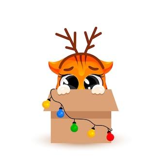 귀여운 만화 새끼 호랑이가 화환이 있는 큰 상자에 앉아 있습니다. 크리스마스 컨셉, 구정, 2022년의 상징. 세련된 스티커입니다. 크리스마스 카드입니다. 벡터 일러스트 레이 션 흰색 배경에 고립입니다.