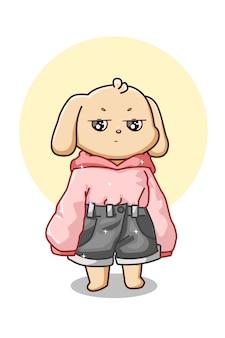 Милая собака в розовой толстовке с капюшоном и коротких джинсах