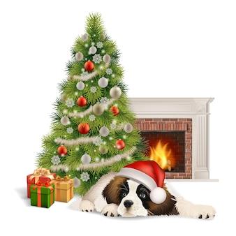 サンタクロースの帽子をかぶったかわいいふわふわの犬が、クリスマスツリーとギフトボックスの近く、暖炉の前に横たわっています。