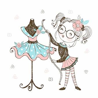 Милая маленькая швея демонстрирует сшитое ею платье.