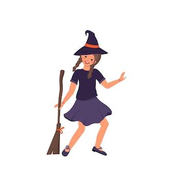 Девушка в костюме ведьмы с шляпой и метлой для праздника хэллоуин. ребенок в маскарадном костюме.