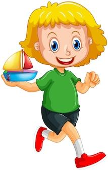 白い背景で隔離の船のおもちゃの漫画のキャラクターを保持している女の子