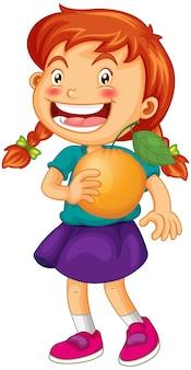 白い背景で隔離のオレンジ色の果物の漫画のキャラクターを保持している女の子