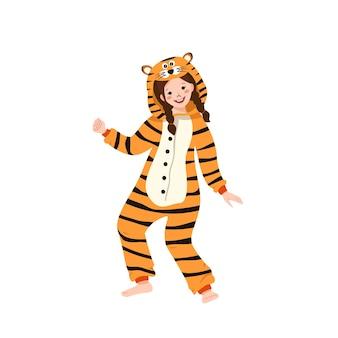 호랑이의 카니발 의상을 입은 소녀. 어린이 잠옷 파티. 점프수트나 키구루미를 입은 아이, 새해, 크리스마스 또는 휴일을 위한 축제 의상