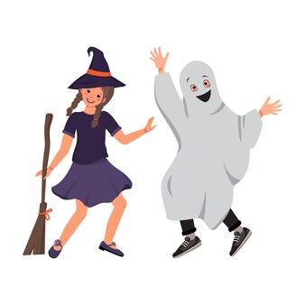 Девушка в костюме ведьмы в шляпе и метле и мальчик в призрачной одежде из простыни