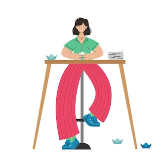 한 소녀가 탁자에서 종이로 종이접기를 만듭니다. 창의적인 활동.