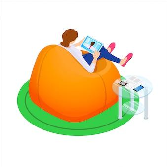 タブレットでバッグの椅子に座っている女の子。快適なコミュニケーション。アイソメ図スタイルのイラスト。