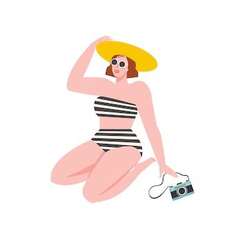 Девушка сидит в купальнике на пляже с фотоаппаратом. плоская ретро иллюстрация.