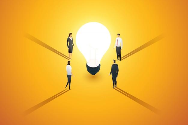 ビジネスの人々のグループは、電球の周りを見て、ブレインストーミング、インスピレーション、アイデアの創造性を立てます。図