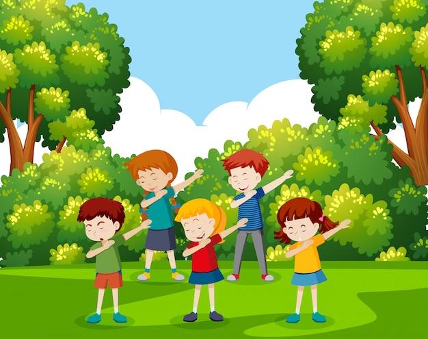 公園で踊っている子供たち