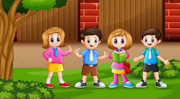 Группа детей на школьном дворе