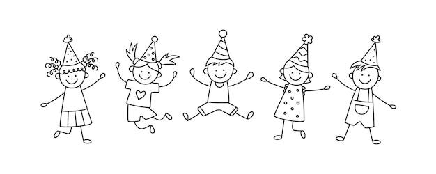 Группа счастливых прыгающих детей на дне рождения. дети в праздничных шапках прыгают на веселый праздник