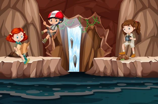 Группа людей, исследующих пещеру