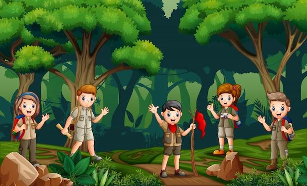 森でハイキングするスカウトのグループ