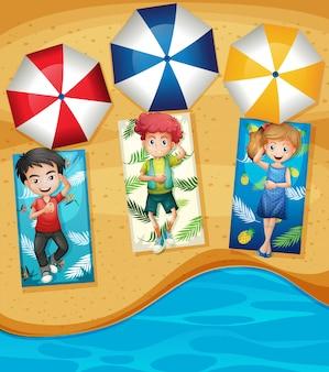 해변에서 어린 아이들의 그룹