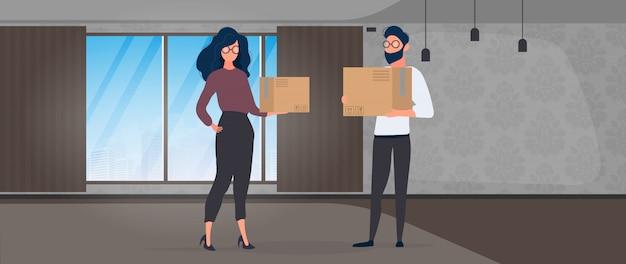 男と女が空の部屋に立ち、紙箱を抱えている。移転、住居の変更、アパートの購入、オフィスの移転の概念。
