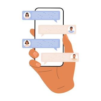 화면에 다른 사람들의 많은 메시지가 있는 전화기를 들고 있는 손.