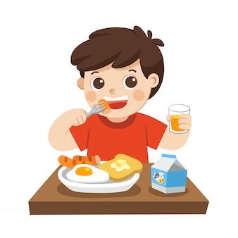 朝は朝食を食べて幸せな男の子。孤立した