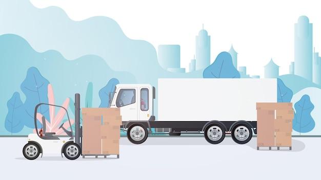 트럭과 판지 상자가있는 팔레트가 도로 위에 서 있습니다. 지게차가 팔레트를 들어 올립니다. 산업용 지게차. 판지 상자. 화물 배달 및 적재의 개념.