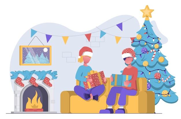 Мужчина и женщина сидят на диване рядом с камином и елкой и открывают рождественские подарки