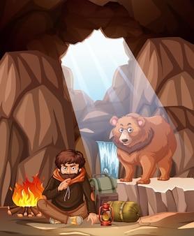 クマの洞窟にキャンプしている男