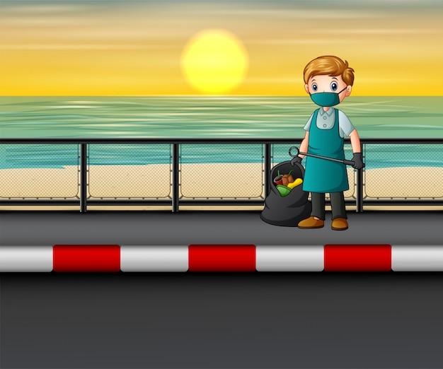 Мужчина чистит дорогу возле пляжа