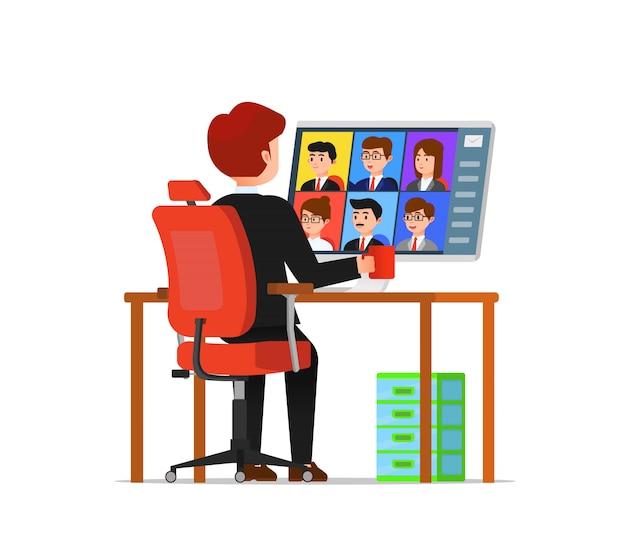 同僚と仮想会議をしている男性