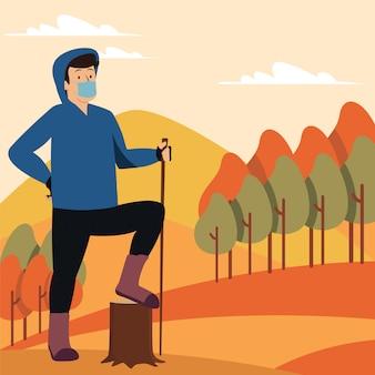 医療用マスクを使い続けながら一人でハイキングに行く男性