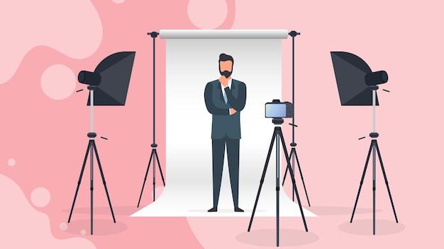 ビジネススーツを着た男性がカメラに向かってポーズをとる。