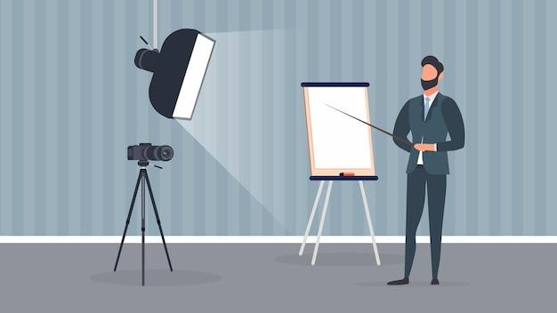 ネクタイをしたビジネススーツを着た男性がカメラにプレゼンテーションを行っています。