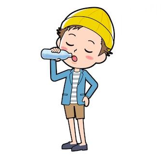 ジャケットとショートパンツを着た男性が水を飲んでいます。