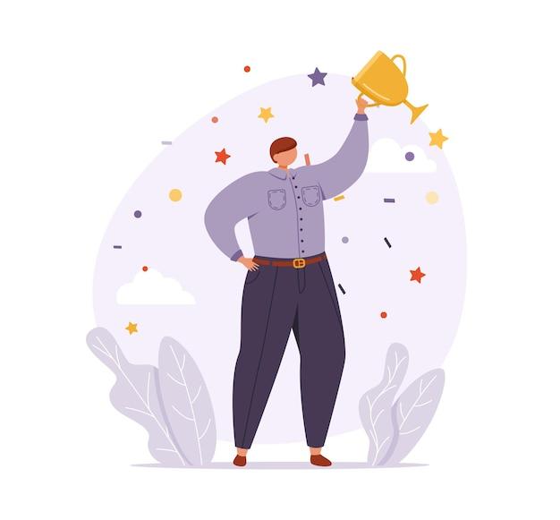 Мужчина в деловой одежде стоит в уверенной позе и держит кубок победителя.