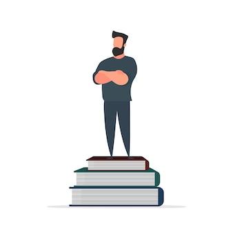 한 남자가 책 산 위에 선다. 학습, 지식 및 지혜