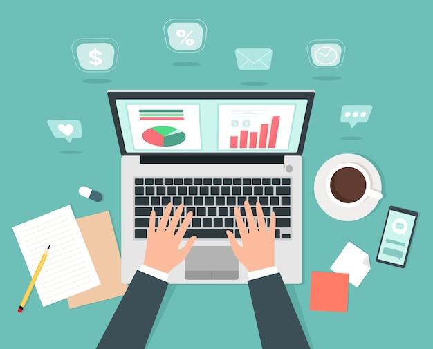 Мужчина работает за компьютером, в онлайн-бизнесе или на тренинге. вид сверху. .