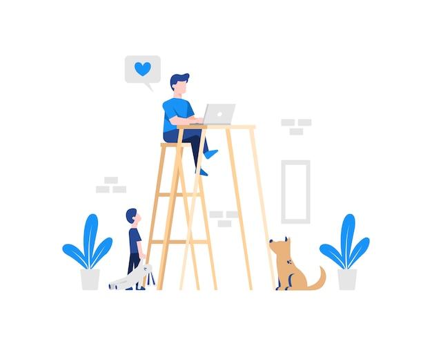 Мужчина работает на ноутбуке, сидя на высоком стуле и столе, чтобы не отвлекаться от детей и домашних животных при работе на дому