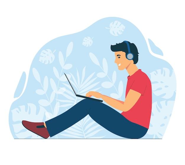 남자는 노트북으로 작동합니다. 원격으로 일하는 프리랜서. 친구 및 동료와 온라인 채팅.