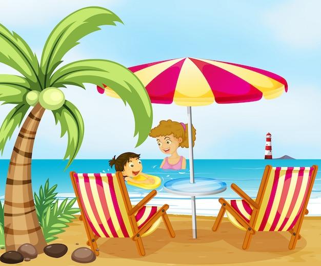 해변에서 어머니와 그녀의 아이
