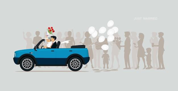 Молодожены едут на машине с белым воздушным шаром.