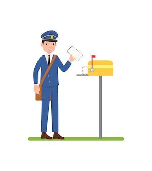 Почтальон помещает письмо в почтовый ящик