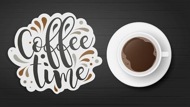 上からのリアルな一杯のコーヒービュー。カップは木製のテーブルの上にあります。黒い木製のテーブル。