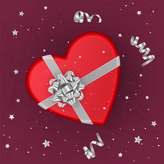 シルバーのリボンで飾られたハートの形をしたリアルな赤いギフトボックス、上面図。