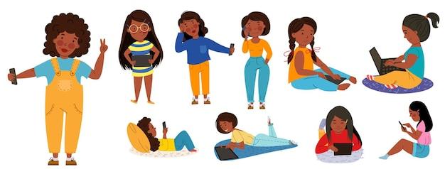 가제트가 있는 어린이 세트. 전화, 태블릿, 노트북을 사용하는 검은 피부의 소녀들. 무선 기술. 평면 벡터 고립 된 그림