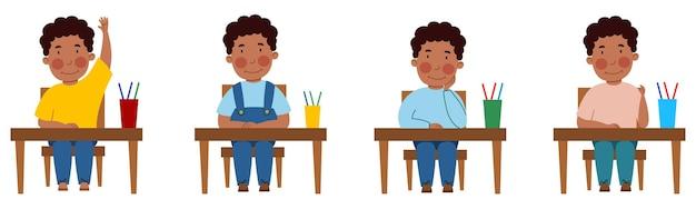教室の机に座っている学生とイラストのセット。テーブルにいる浅黒い肌の縮れ毛の少年が手を挙げた。フラットなスタイルで、白い背景で隔離のベクトルイラスト。